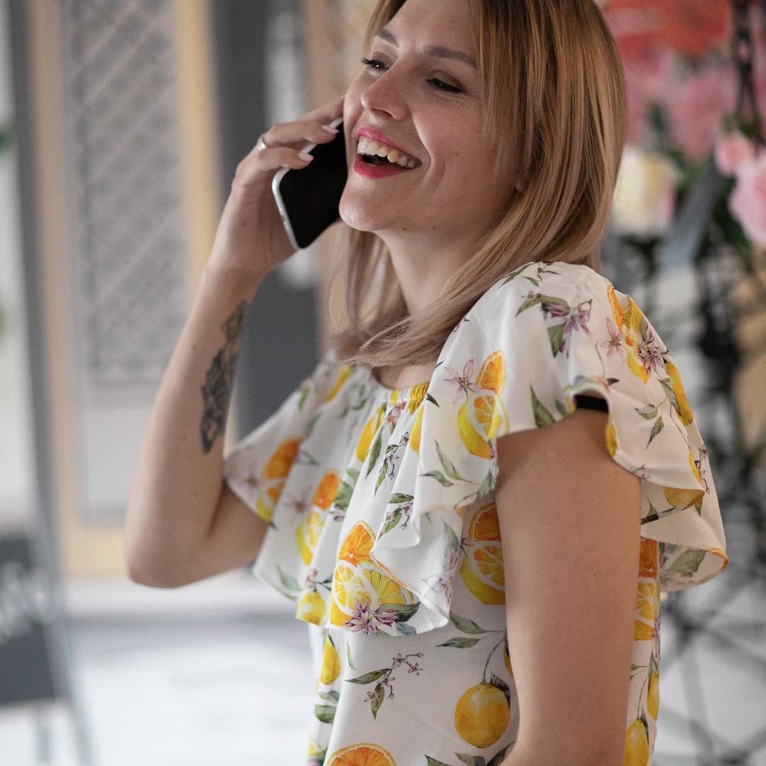 Kobieta wcytrusowej sukience - dzwoni doMarketera